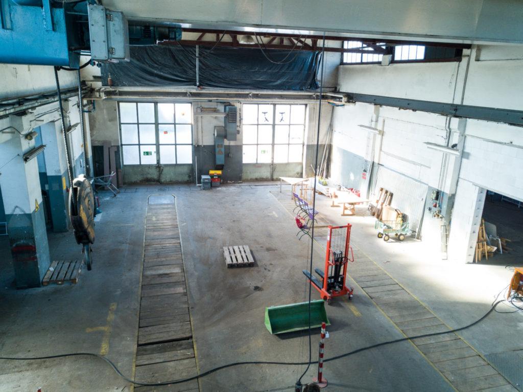 Innenansicht der Halle, großer Raum mit Werkzeugen.