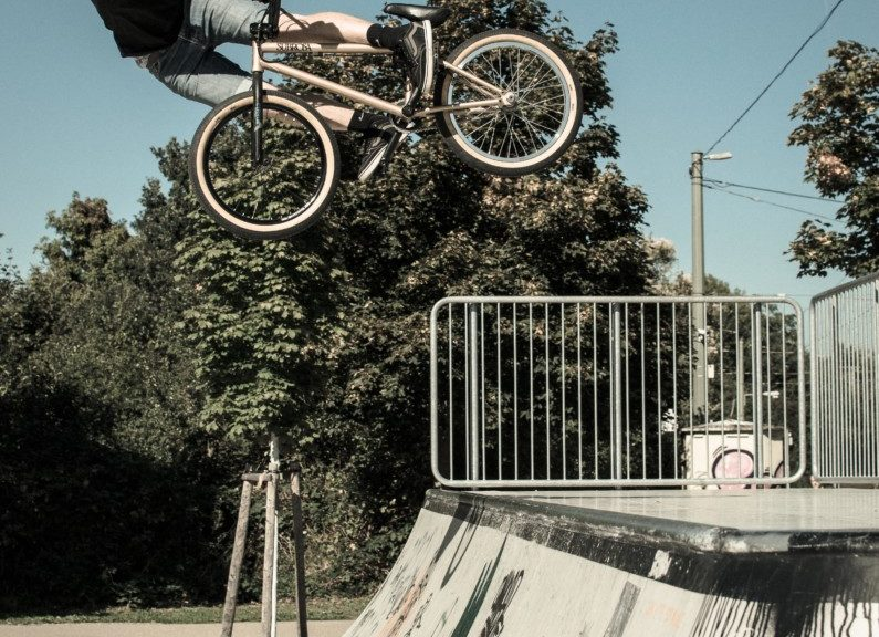 BMX fahrer in der Luft über einer Rampe